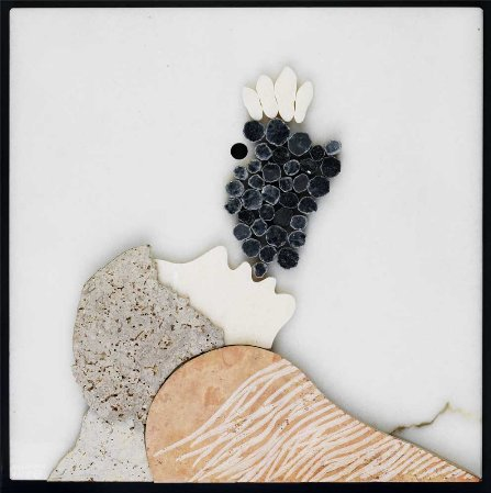 Mulher com cacho de uvas