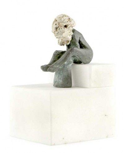 Figura feminina sentada