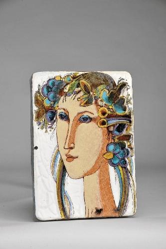 Figura feminina com coroa de flores