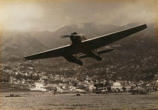 Avião sobre a baía do Funchal