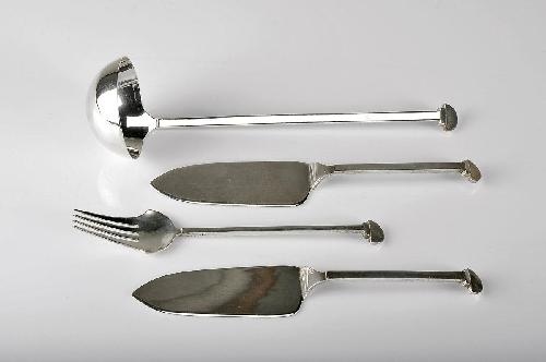 Concha de sopa, garfo e duas espátulas de servir