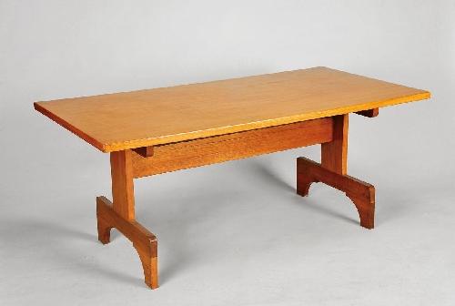 Conjunto de mesa de trabalho e quatro cadeiras