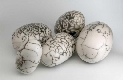 Instalação de cinco peças em forma de ovo